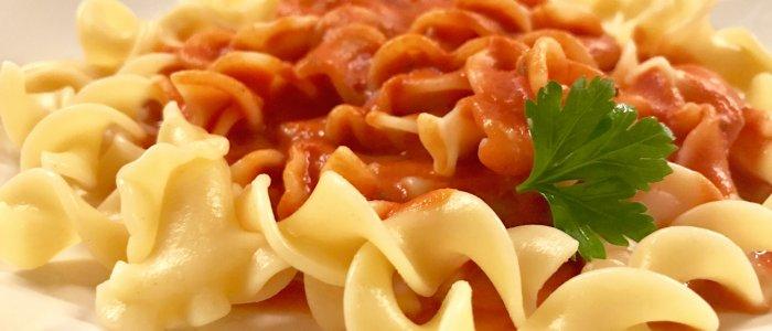 Nudeln mit Tomatensauce aus passierter Tomate und Sahne