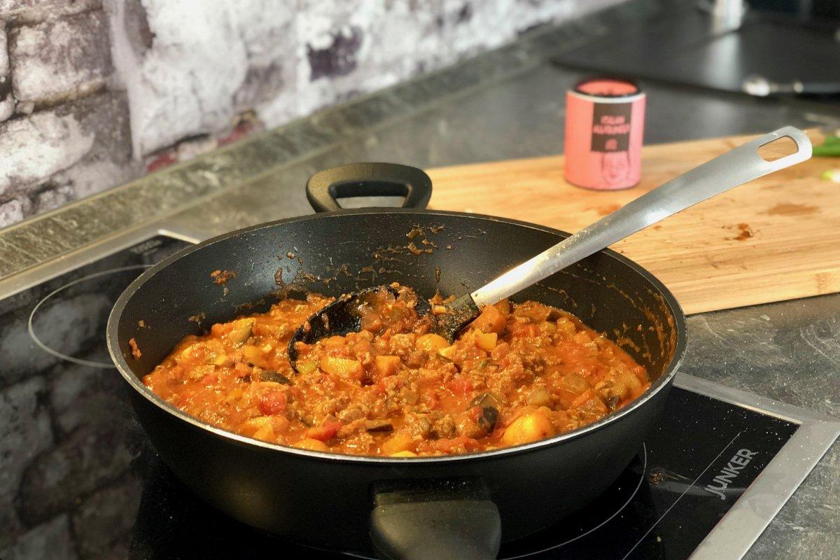 Sauce für die gefüllten Zucchini mit gehackten Tomaten und Gemüse