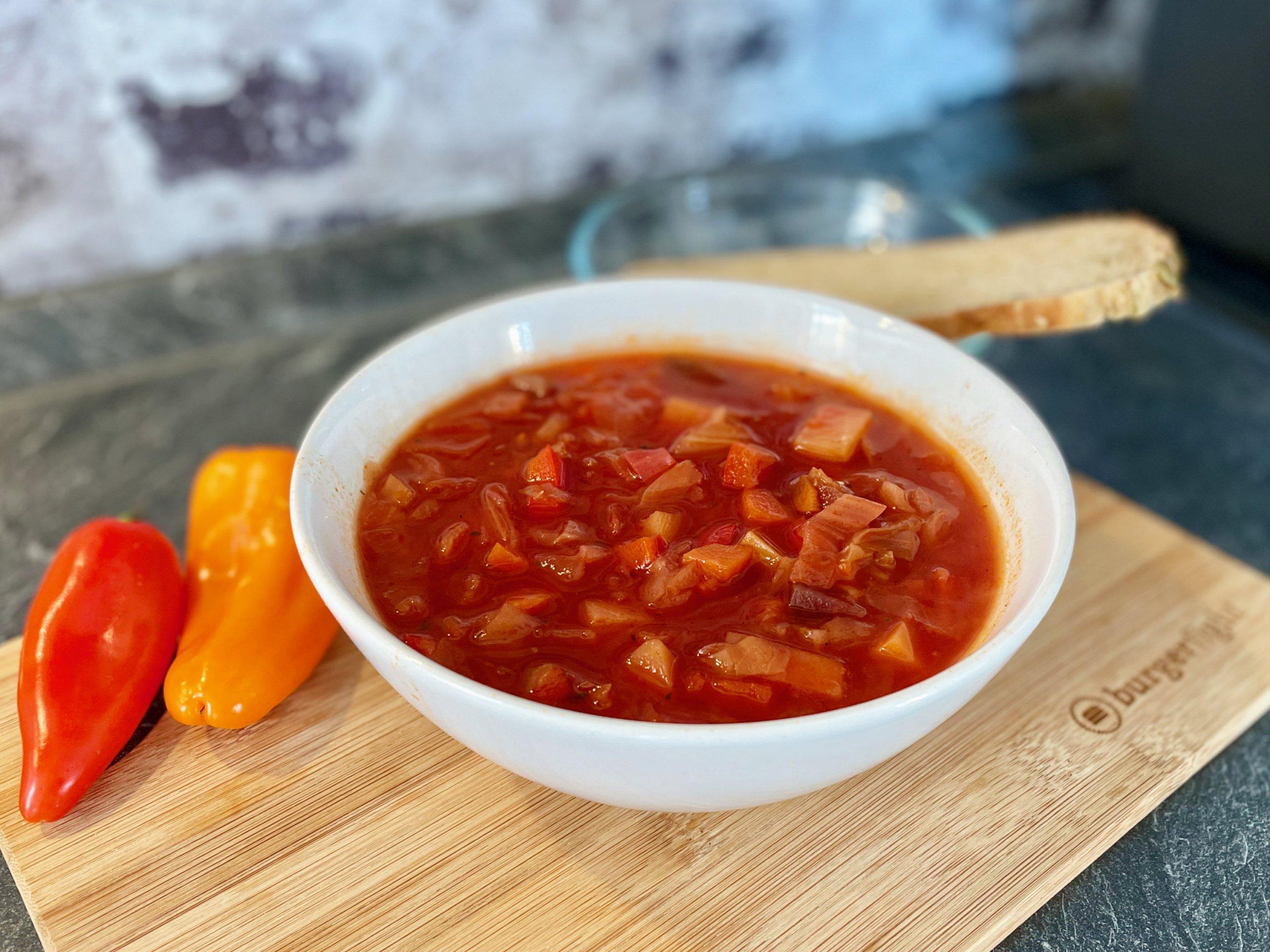 Borschtsch mit roter Beete und Spitzkohl